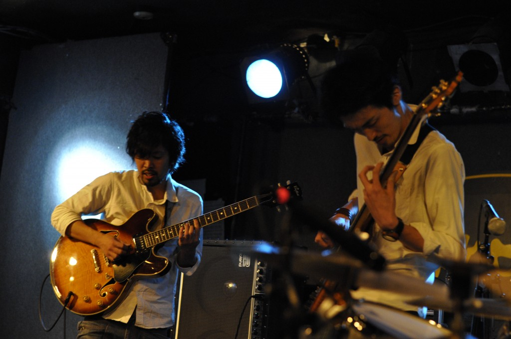 Noriyuki Inoue, left, and Go Yamada, right, are playing the guitar and the bass guitar. Photo: Takeshi Kato