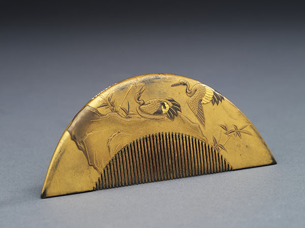 Hair comb with peony design. Incised and gold lacquered tortoise shell. Edo period Japan, 19th century.